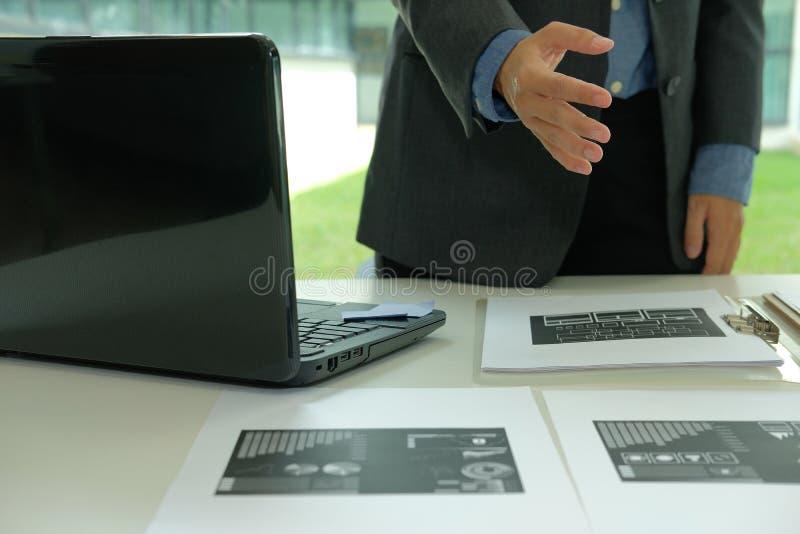 Biznesmena ofiary uścisk dłoni ręki mężczyzna przygotowywający potrząśnięcie fotografia stock