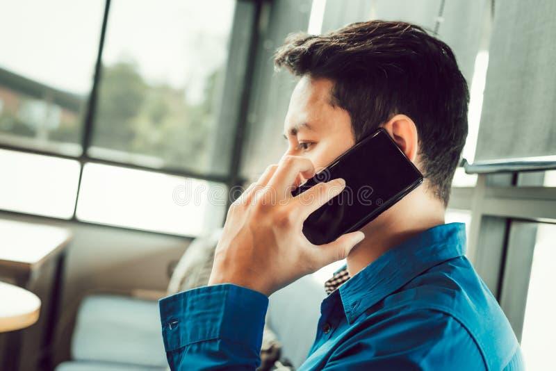 Biznesmena ordynacyjny partner telefonem podczas gdy siedzący w sklep z kawą obraz stock