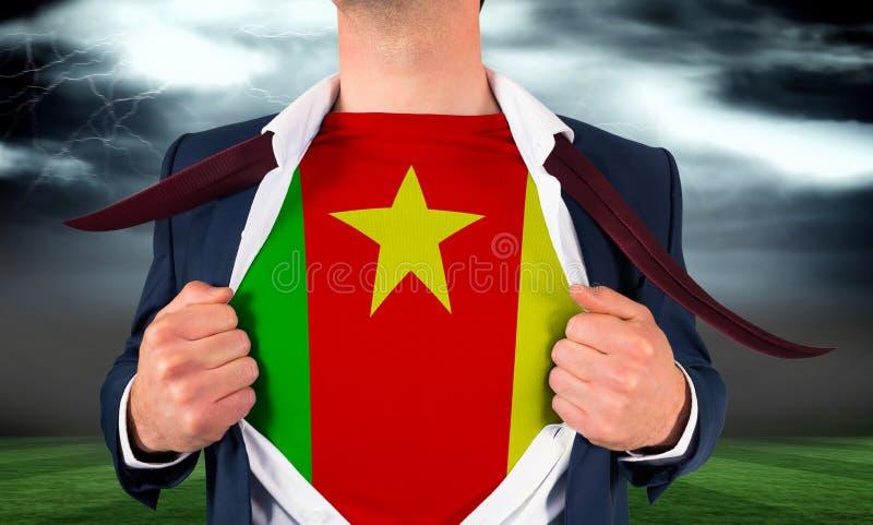 Biznesmena otwarcia koszula wyjawiać Cameroon flaga zdjęcie royalty free