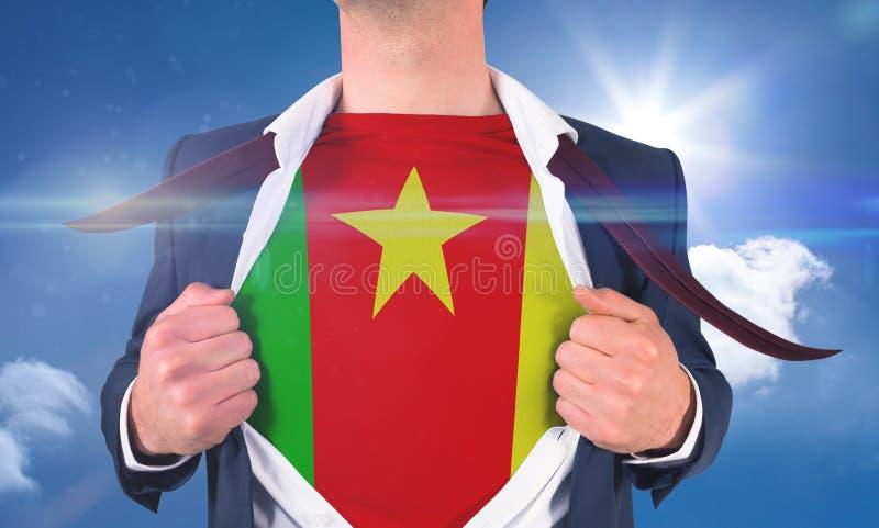 Biznesmena otwarcia koszula wyjawiać Cameroon flaga fotografia stock