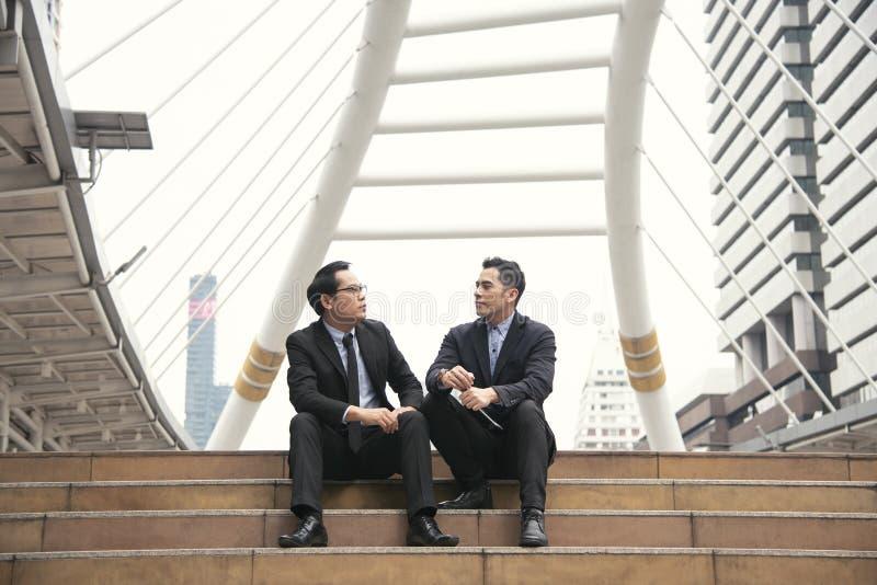 Biznesmena partner konsultuje i dyskutuje przy plenerowym obrazy royalty free