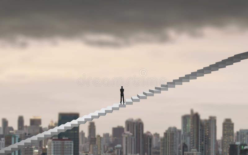 Biznesmena pięcie na drabinie nad miastem patrzeje naprzód, przywódctwo pojęcie zdjęcie stock