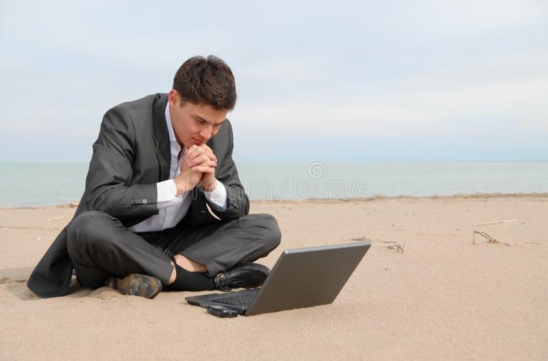 biznesmena plażowy laptop zdjęcie royalty free