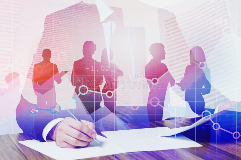 Biznesmena podpisywania dokument, cyfrowy wykres zdjęcia stock