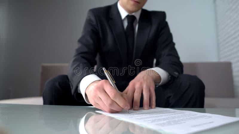 Biznesmena podpisywania dokument dla zakupu lub sprzedaży firma, własność prywatna fotografia stock