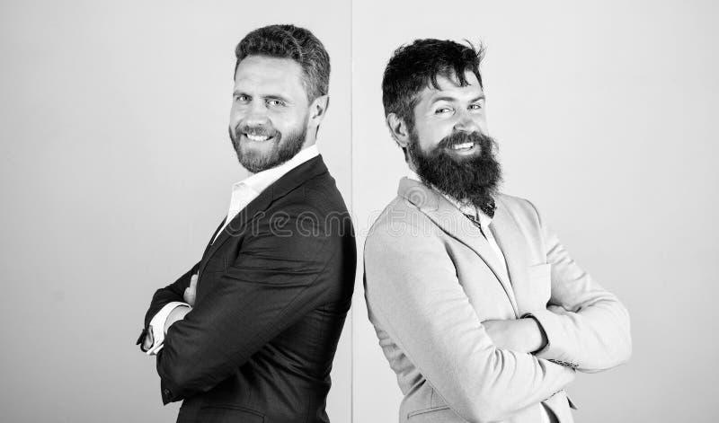 Biznesmena pojawienia kurtki menchii b??kita elegancki t?o Partnery biznesowi z brodatymi twarzami Biznesowa moda fotografia royalty free