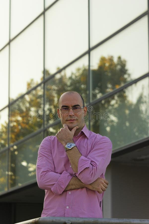 Biznesmena portret przed budynkiem biurowym fotografia royalty free