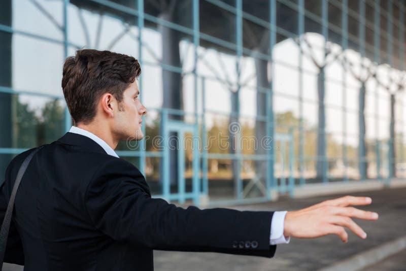 Biznesmena powstrzymywania samochód z ręką outdoors obrazy royalty free