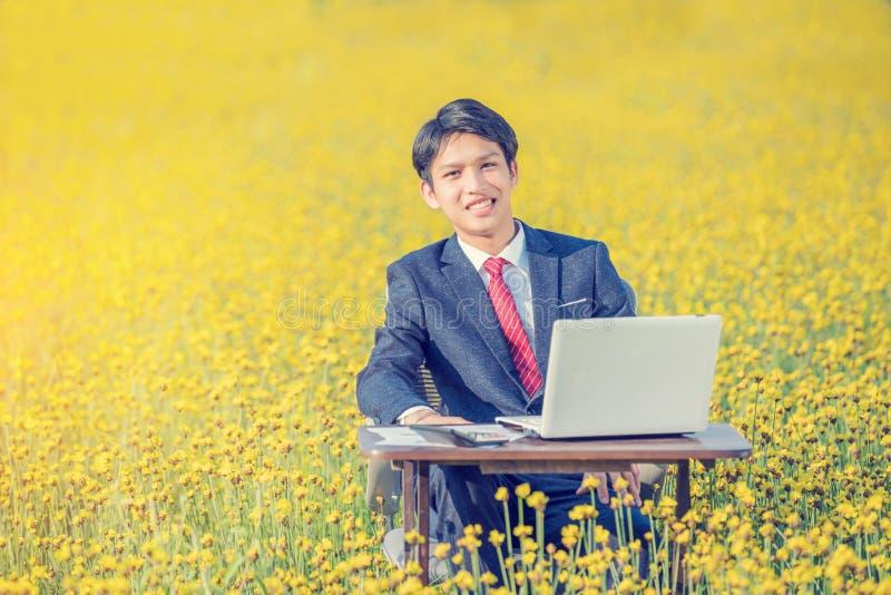 Biznesmena pracować plenerowy w koloru żółtego polu fotografia stock