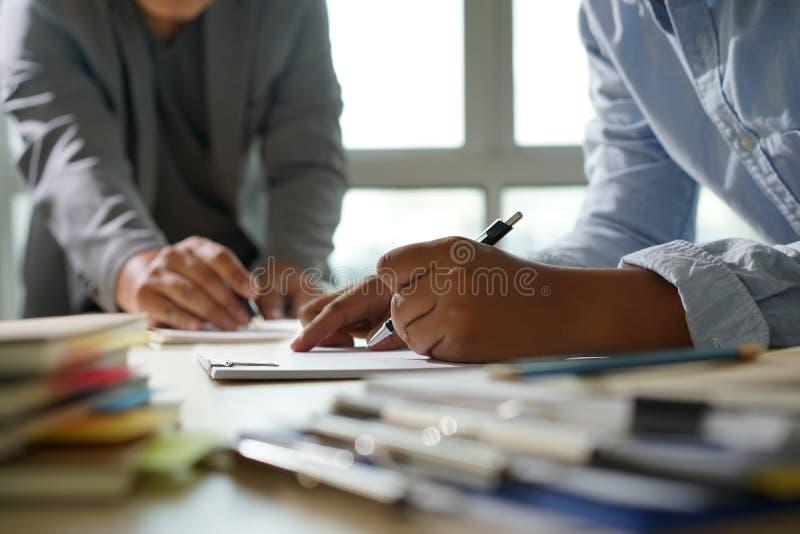 Biznesmena pracujący czytanie dokumentuje wykres pieniężnego akcydensowy suc zdjęcie royalty free