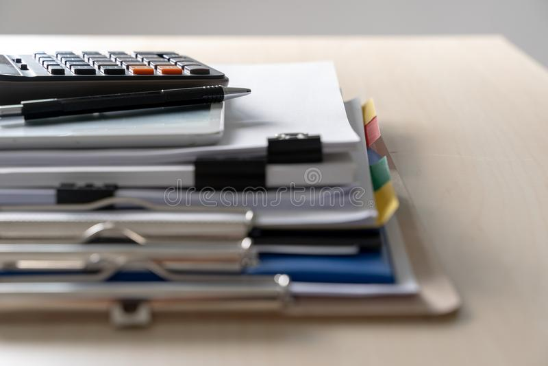 Biznesmena pracujący czytanie dokumentuje wykres pieniężnego akcydensowy suc zdjęcia royalty free