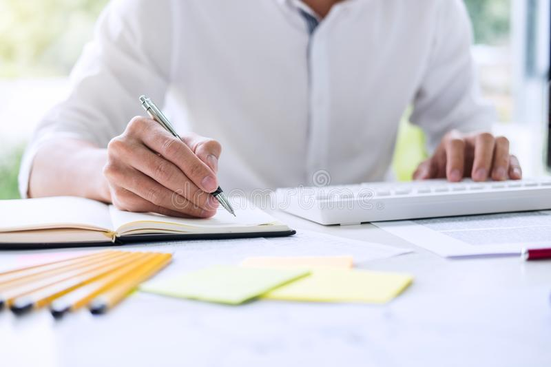 Biznesmena pracujący writing robi nutowemu planowi biznesowemu i graphi zdjęcia stock