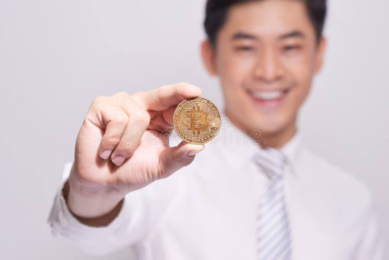 Biznesmena przedstawienia bitcoin złocista moneta Ufna nowa inwestycja wewnątrz fotografia royalty free