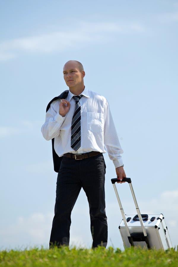 Biznesmena przewożenia bagaż w parku obraz royalty free