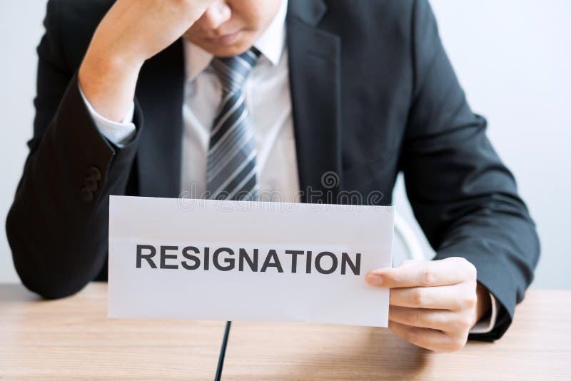 Biznesmena przewożenia kocowania osobista firma na brązu kartonie i listy rezygnacyjni dla rezygnujący lub zmiana akcydensowy opu zdjęcia stock