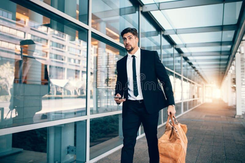 Biznesmena przewożenia torba i mądrze telefon przy lotniskiem fotografia stock