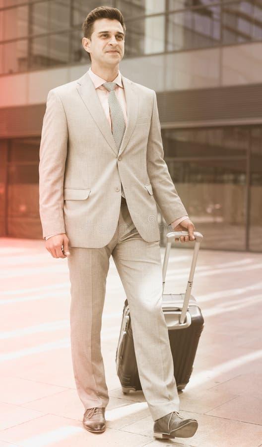 Biznesmena przewożenia walizka zdjęcia royalty free