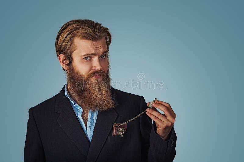 Biznesmena przyglądającego skeptical mienia retro kieszeniowy zegarek zdjęcie stock