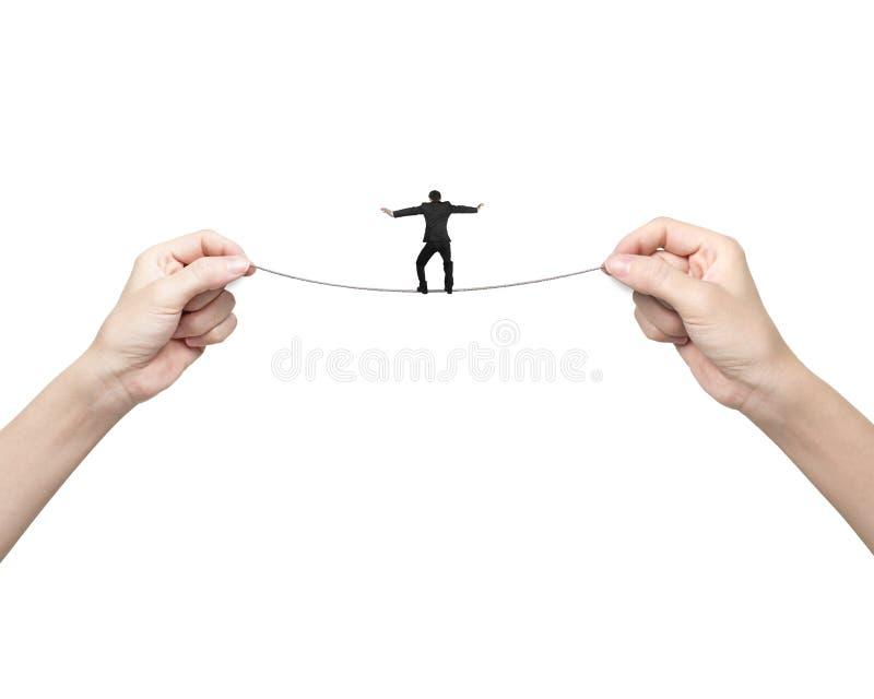 Biznesmena równoważenie na balansowanie na linie z kobiety dwa ręk trzymać obrazy royalty free