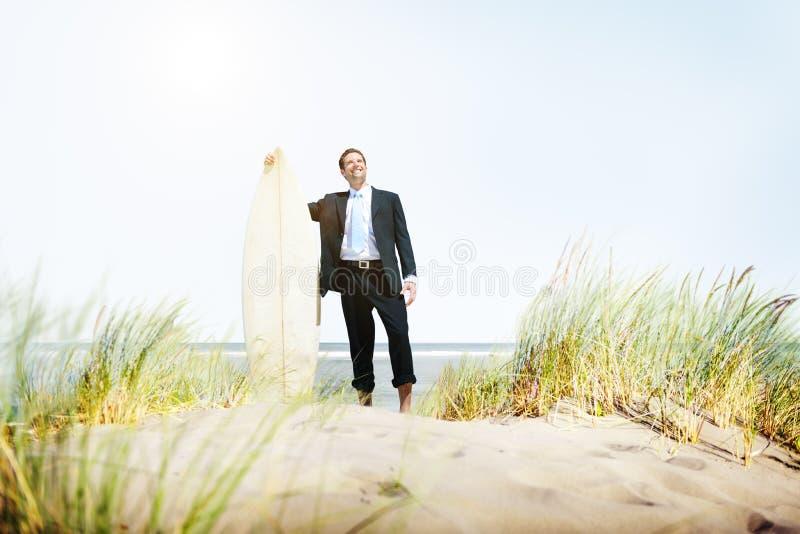 Biznesmena relaksu surfingu lata plaży pojęcie zdjęcie royalty free