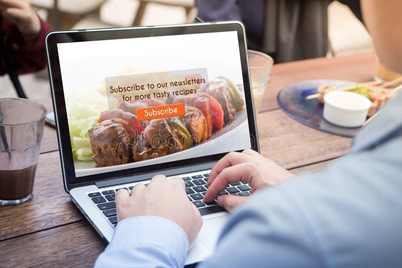 Biznesmena robić prenumeruje karmowego blog używać laptop, komputer/ zdjęcie stock