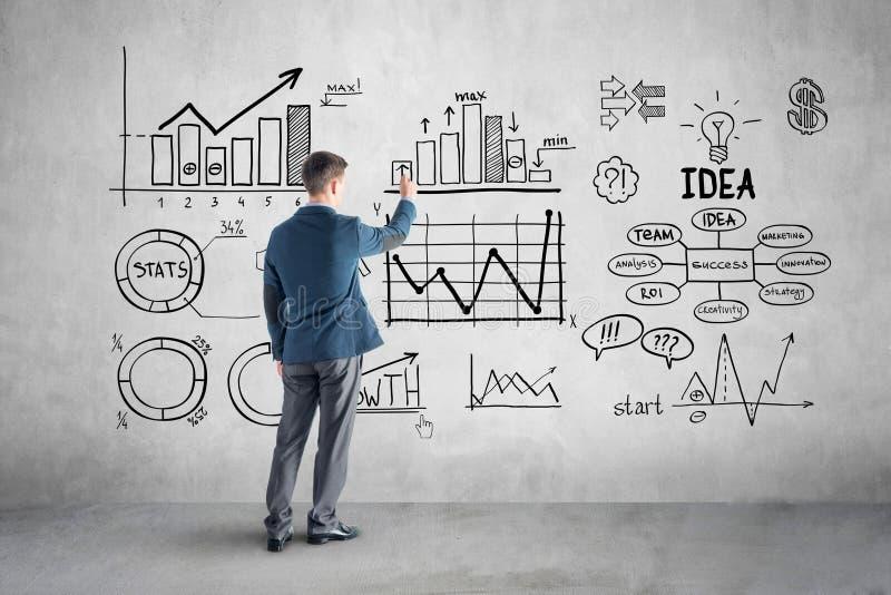 Biznesmena rysunkowy plan biznesowy, wykres, mapa dalej zdjęcia stock