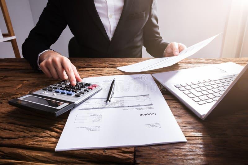 Biznesmena ` s ręki cyrklowania faktura W biurze obrazy royalty free