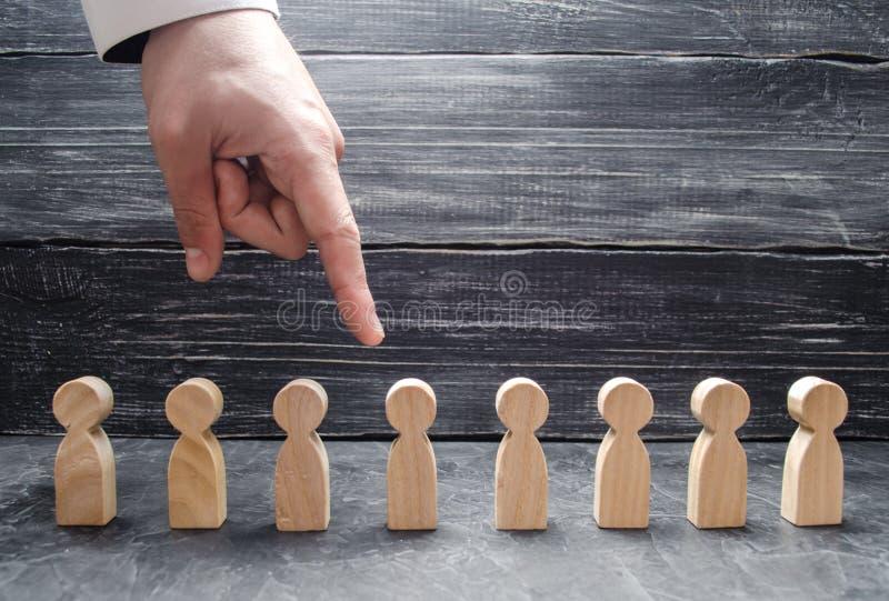 Biznesmena ` s ręki punkty drewniana ludzka postać Pojęcie rewizja dla pracowników, zarządzanie działy zasobów ludzkich fotografia stock