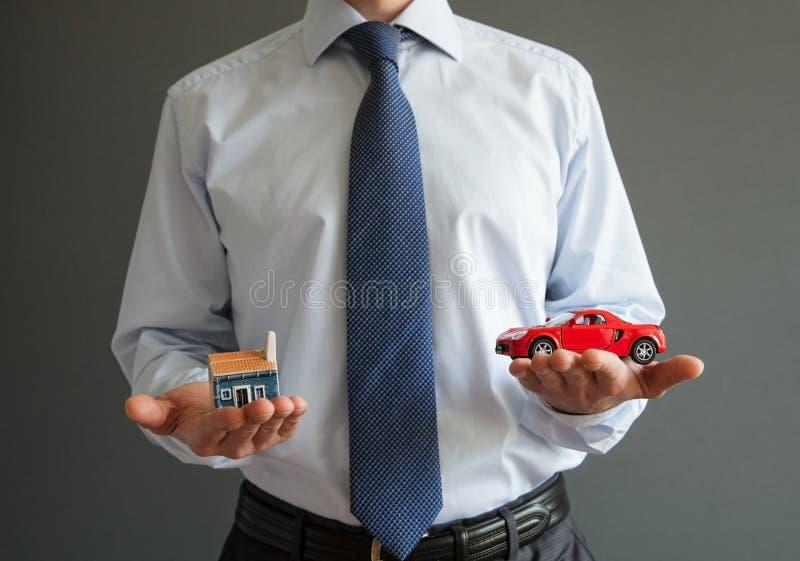 Biznesmena seansu modele dom i samochód zdjęcia royalty free