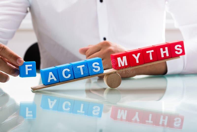Biznesmena seansu unbalance między fact i mitami fotografia stock