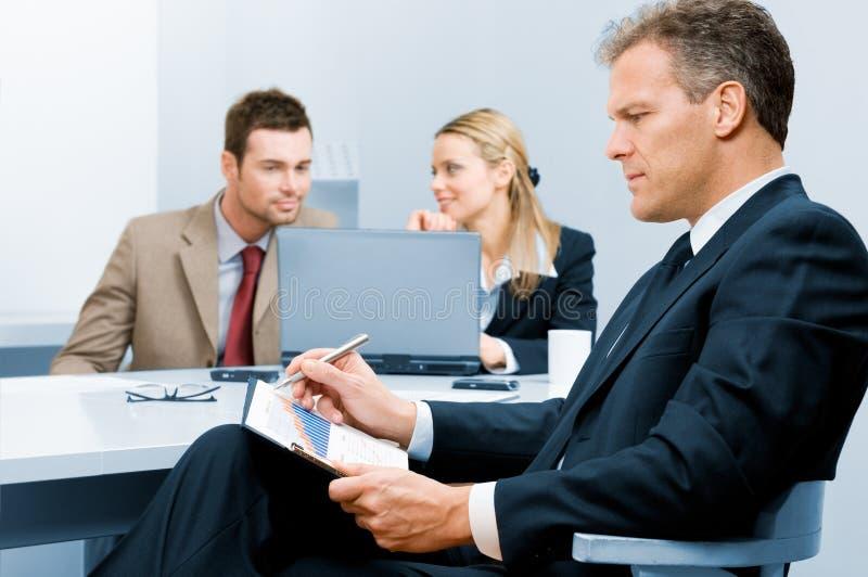 Download Biznesmena Seniora Działanie Obraz Stock - Obraz złożonej z dokument, szczęśliwy: 13340611