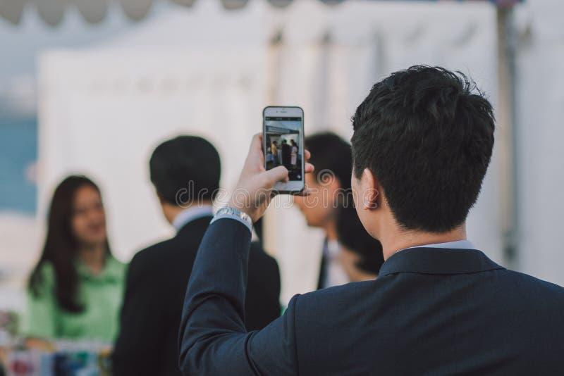biznesmena smartphone używać