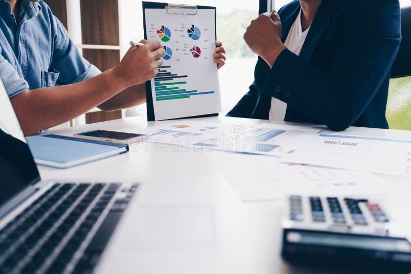 Biznesmena spotkanie wskazuje wykresy i mapy z nowym początkowym projektem wykres analizy i dyskusji Biznesów finanse i zdjęcie royalty free