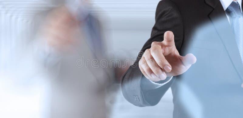 Biznesmena sukcesu dotyka pracujący komputerowy ekran obraz stock