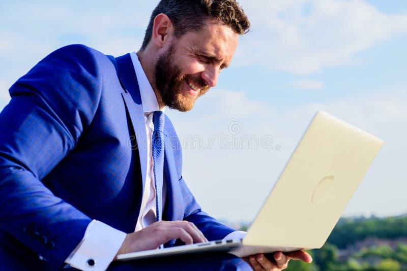Biznesmena surfingu odpowiedzi lub interneta emaile podczas gdy siedzi z laptopem outdoors Przyrostowe online reputacj porady Onl zdjęcie royalty free
