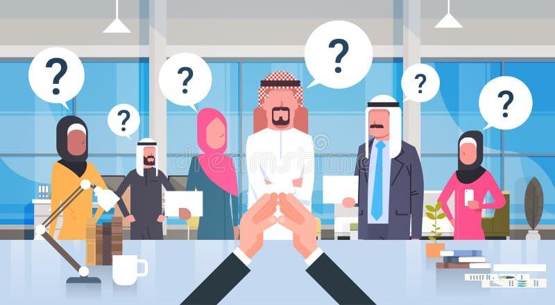 Biznesmena szef Patrzeje Brainstorming biznesu drużyny Arabscy ludzie Z Questiion Mark obsiadaniem Przy biurkiem, lider Z royalty ilustracja