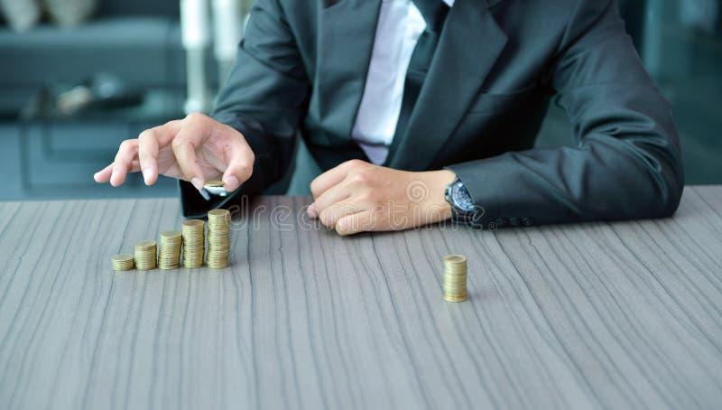 Biznesmena sztaplowania monety w Wzrastającym rozkazie przy biurkiem zdjęcie royalty free
