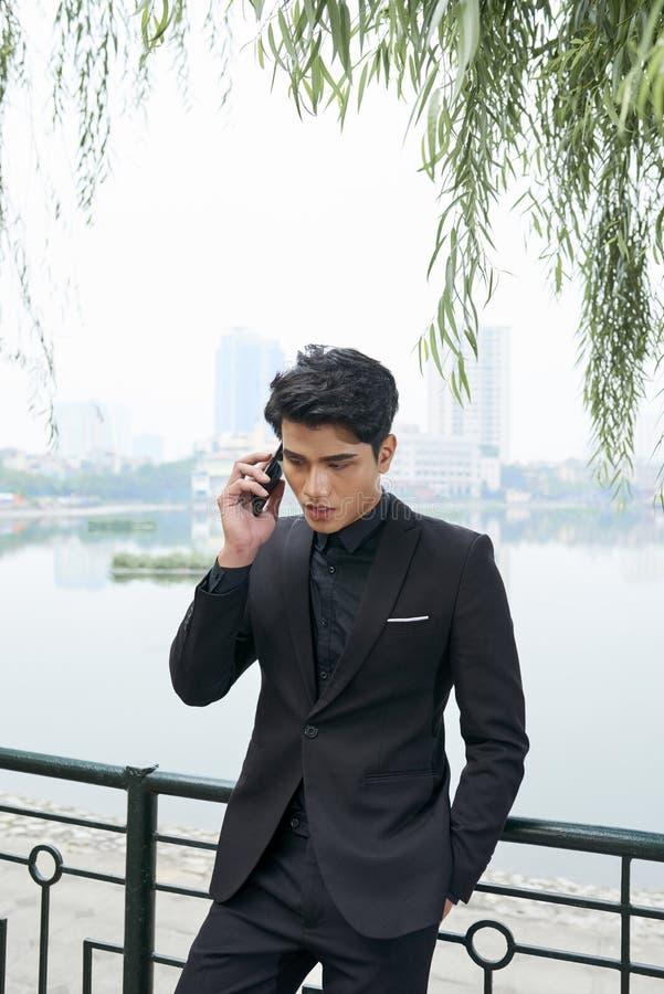 biznesmena telefonu poważny target1724_0_ fotografia royalty free