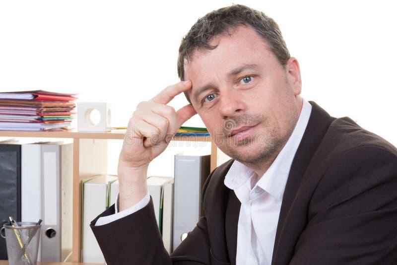 Biznesmena Uśmiechnięty mężczyzna w kostiumu przy nowożytnym biurem fotografia stock