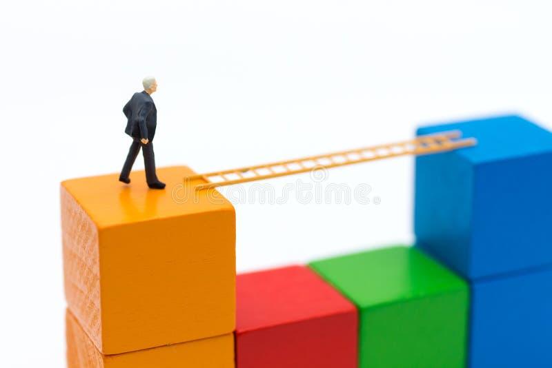 Biznesmena use kroczy schodki od zaczyna drewno następny drewno Wizerunku use dla dostaje lepszy pozycję praca, biznesowy pojęcie zdjęcie stock