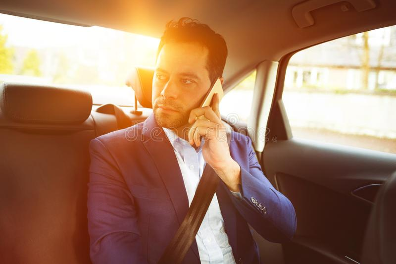 Biznesmena wezwanie w samochodzie zdjęcie stock