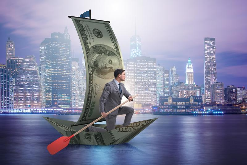 Biznesmena wioślarstwo na dolarowej łodzi w biznesowym pieniężnym pojęciu obraz stock