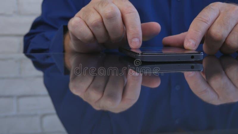 Biznesmena wizerunku tekst używać telefonu komórkowego radia związek fotografia stock