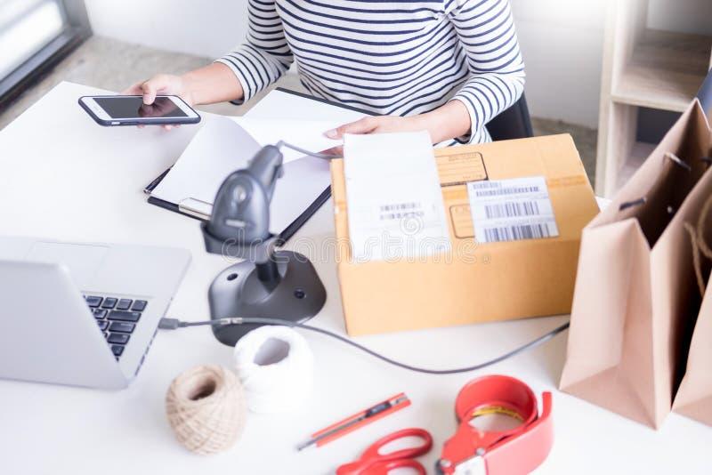 Biznesmena wlaściciel sklepu czeka rozkaz lub lista inwentarz w zapasie który iść być doręczeniowym pokojem biznesowy online, han fotografia stock