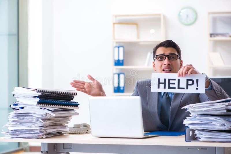Biznesmena workaholic ono zmaga się z stosem papierkowa robota obraz stock