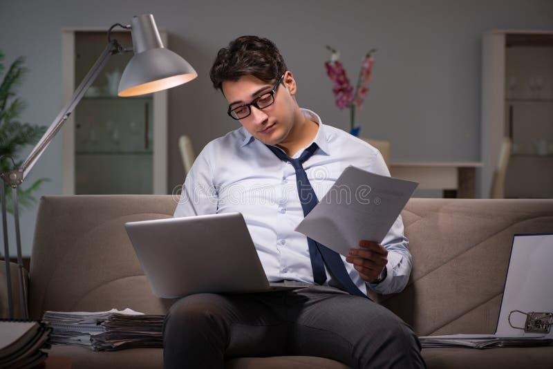 Biznesmena workaholic pracuje póżno w domu fotografia royalty free