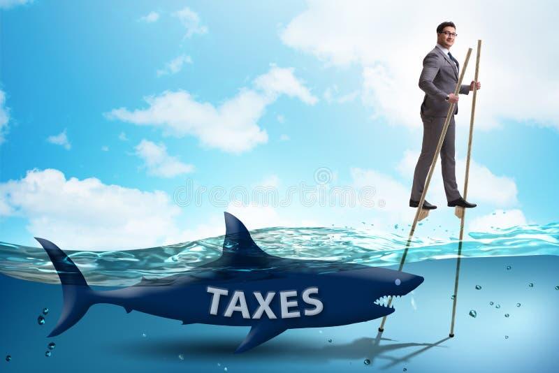 Biznesmena wystrzeganie p?aci wysokich podatki obraz royalty free