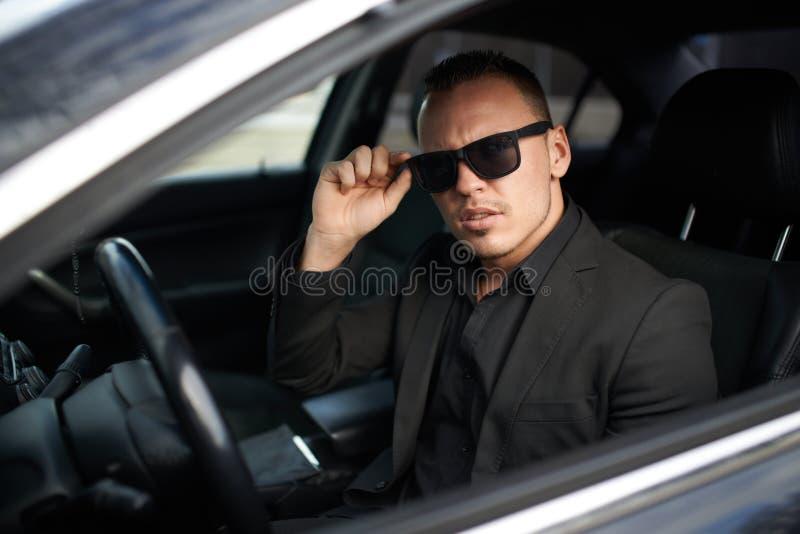 Biznesmena zatkany samochodowy i przystosowywa szkła fotografia stock