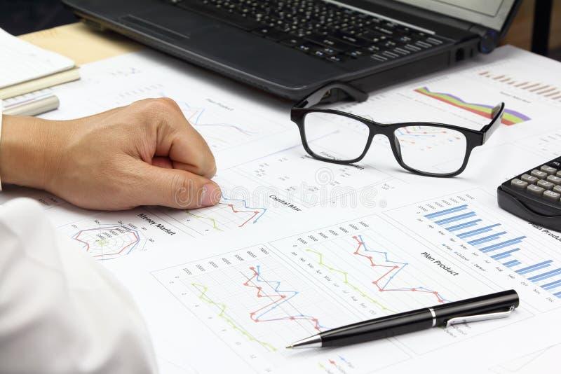 Biznesmena Zbiorczy raport i pieniężny analizuje kapitałowy marke obrazy royalty free