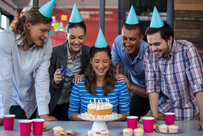 Biznesmeni świętuje ich kolegów urodzinowych obraz royalty free